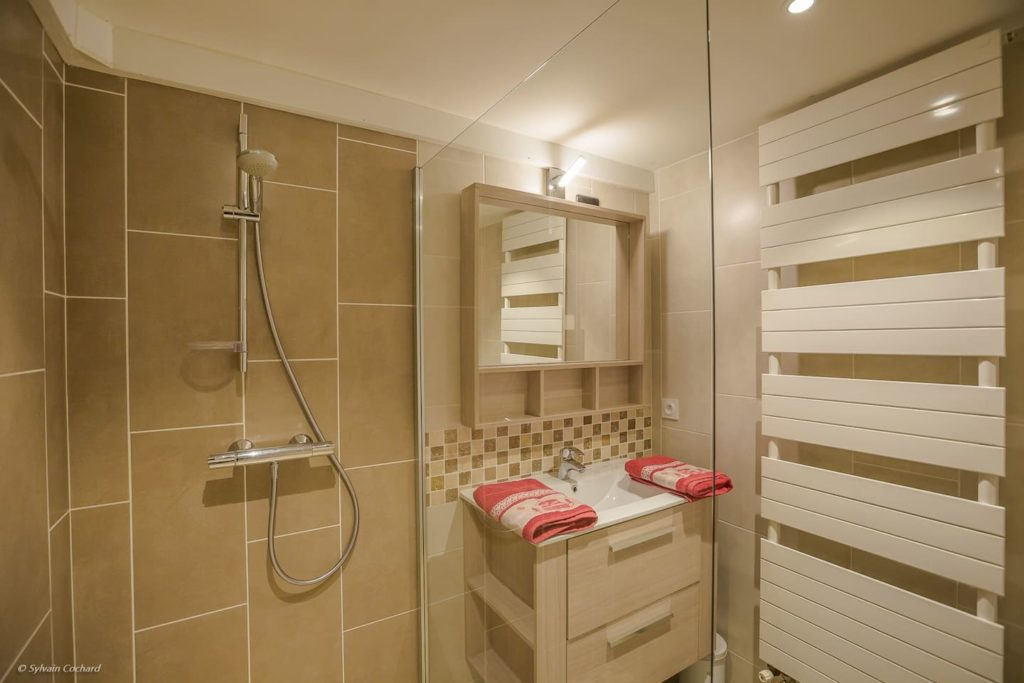 Salle de bains moderne avec douche italienne dans notre maison de vacance à Abondance
